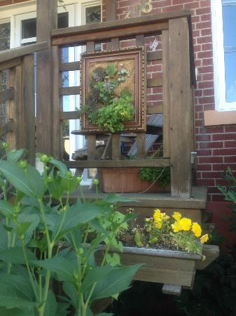 Artisan Upstairs Guesthouse: Great Idea To Make A Picture Frame Garden!