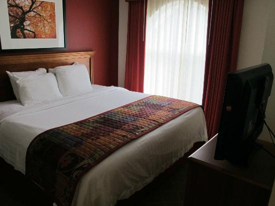 Residence Inn Springfield: Bedroom with king bed