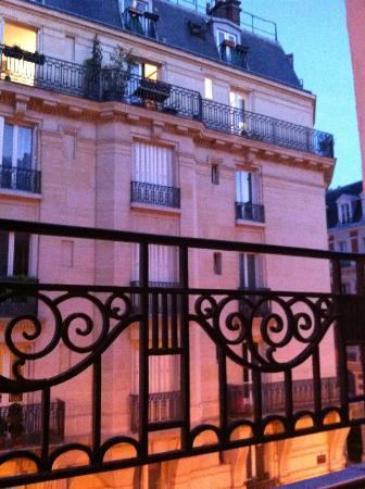 D'Anjou Hotel Paris: Facing a residential block. Quiet neighbourhood.