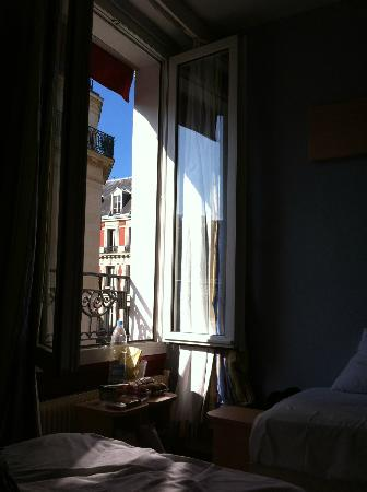 D'Anjou Hotel Paris: View of the window. The room has no air-conditioning, but the window is perfect.