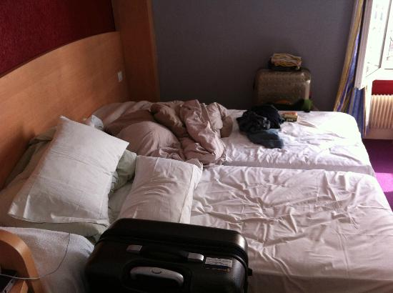 D'Anjou Hotel Paris: The 2 single beds in our triple room