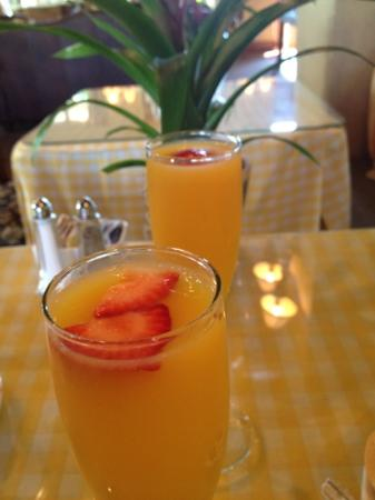 Vintage Inn: Mimosas at breakfast buffet