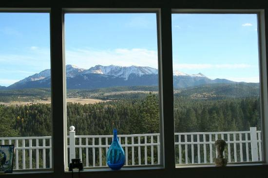 Pikes Peak Paradise Bed and Breakfast: Afternoon view