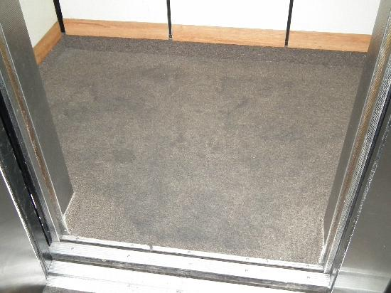 Rodeway Inn: ELEVATOR FLOORING-GROUND IN DIRT STAINED CARPET