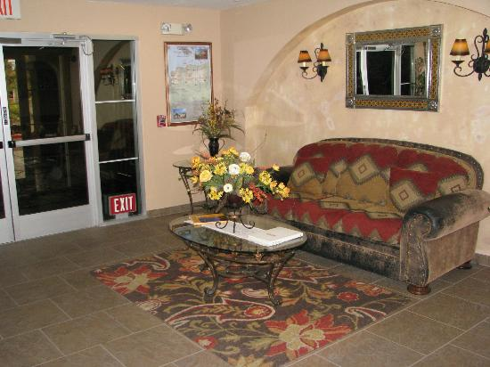 La Quinta Inn & Suites Las Vegas RedRock/Summerlin : small sitting area in lobby