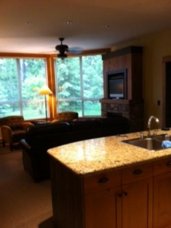 Timberline Lodges by Fernie Lodging Company: Juniper Lodge - Timberline Lodges - view from Kitchen