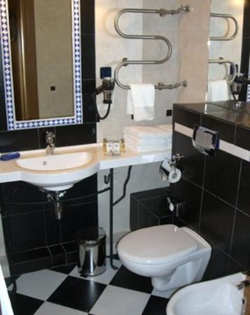 Central Hotel: Hotel Guest Bathroom