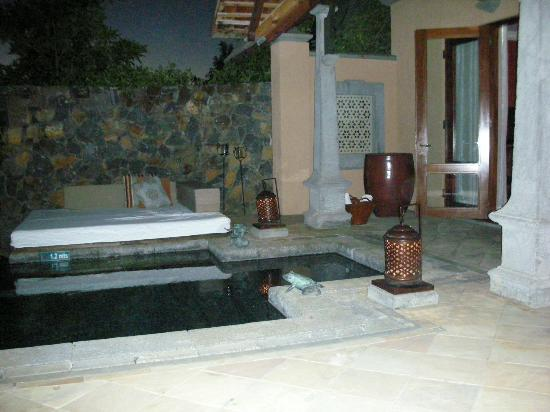 Maradiva Villas Resort and Spa: Plunge pool at the villa in the evening
