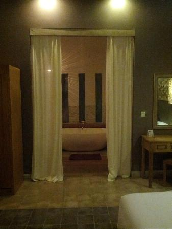 Mathis Retreat : View into bathroom from bedroom - bungalow