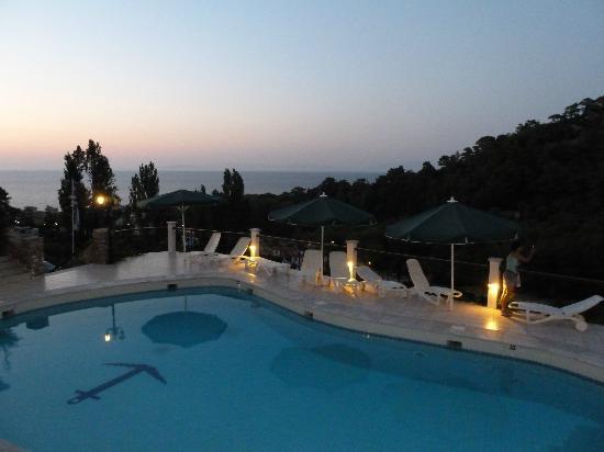 Daphne Hotel: Meerblick bei Nacht