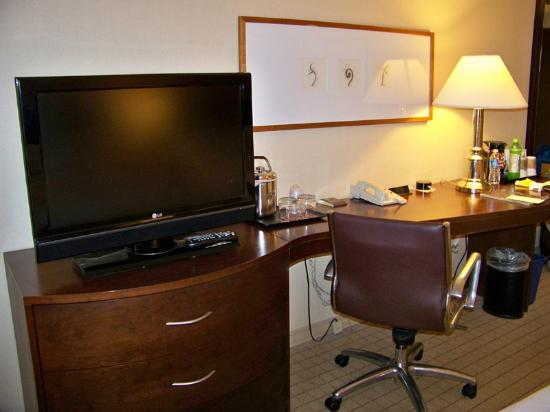 Sheraton Milwaukee Brookfield Hotel: TV/Desk area in room