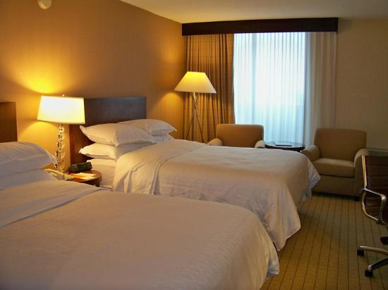 Sheraton Milwaukee Brookfield Hotel : Comfy 2-bed Queen Rm