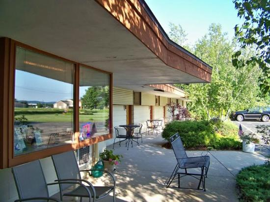 The Usonian Inn: View from front of hotel