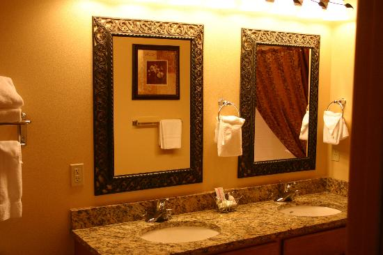 Aspen Suites at The Icicle Village Resort: Bath with his and hers vanity