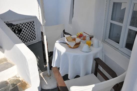 Alexander's Boutique Hotel of Oia: Morning breakfast outside. Included with stay.