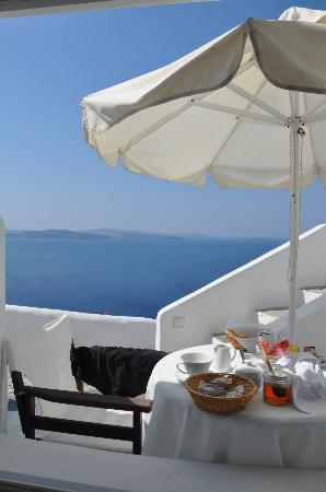 Alexander's Boutique Hotel of Oia: View from bedroom. Breeakfast was waiting right ouside, in the morning.