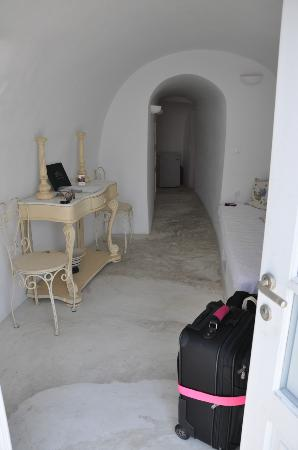 Alexander's Boutique Hotel of Oia: Entryway.