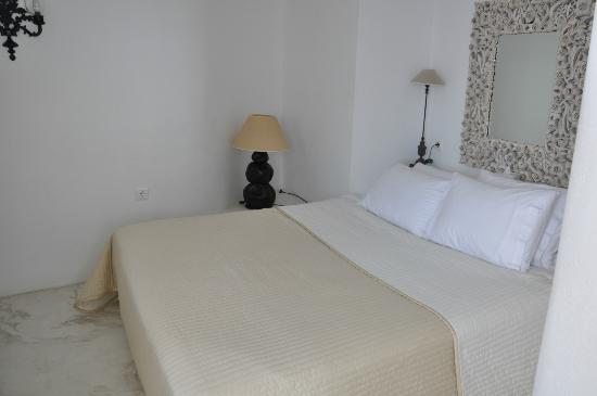 Alexander's Boutique Hotel of Oia : Bedroom.