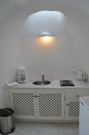 Alexander's Boutique Hotel of Oia: Kitchenette with a skylight / Cave suite.
