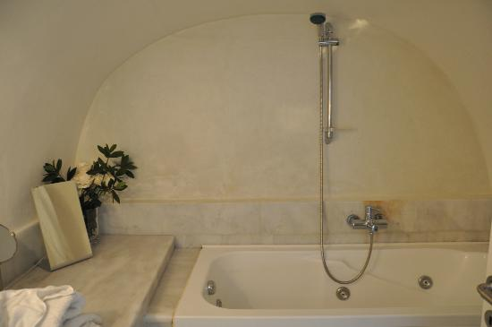 Alexander's Boutique Hotel of Oia: The jacuzzi room... actually it's the bathroom. But, Jacuzzi room sounds better.