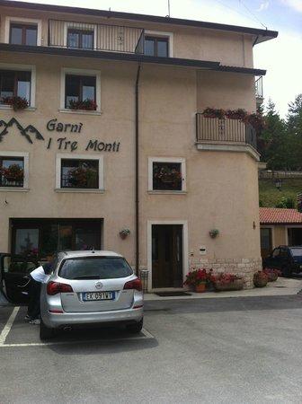 Tre Monti: ingresso e facciata, con 2 aree parcheggio