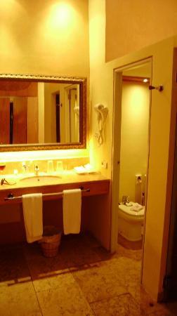 SENTIDO Pula Suites Golf & Spa: bathroom