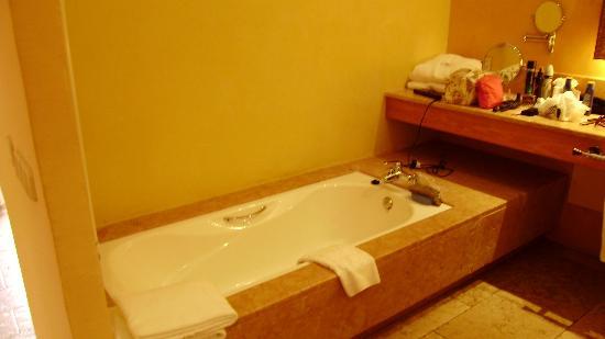 SENTIDO Pula Suites Golf & Spa: huge bath