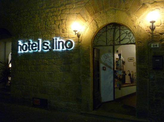 San Lino: Hotel entrance at night