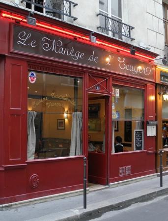 Le Manege De L'ecuyer : Outside