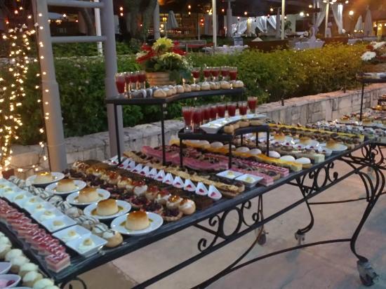 Club Med Kemer: une des tables de dessert lors d'une soirée