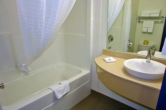 Motel 6 Grande Prairie: Bathroom