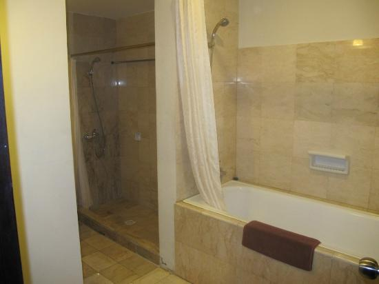 Losari Hotel & Villas: 2 showers