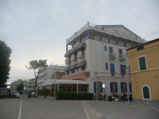 Pineto, Ιταλία: Hotel Italia dalla piazzetta centrale sottostante
