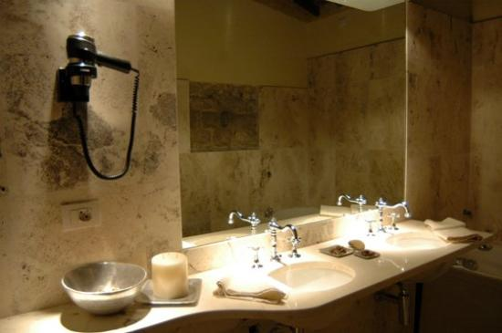 Castello di Monterone: A bathroom