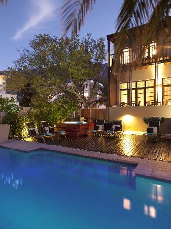 Derwent House Boutique Hotel: Pool and Hot Tub with Table Mountain in the background