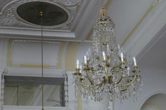 Remisens Premium Hotel Kvarner: Fluorescent bulbs in old chandeliers in the Crystal ballroom