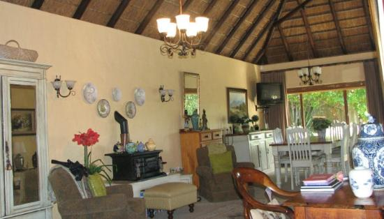 Milkwood Country Cottage : Guest Dining and lounge area