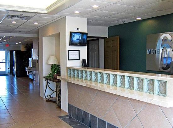 Motel 6 Norman : Lobby Area (Front Desk)