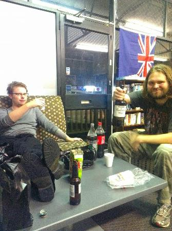 Silver Fern Backpackers: Chilling out in the lounge area.