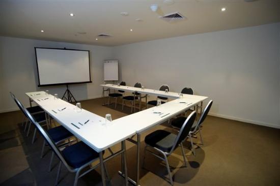 เควสท์ไบร์ทตั้นออนเดอะเบย์: Conference Room