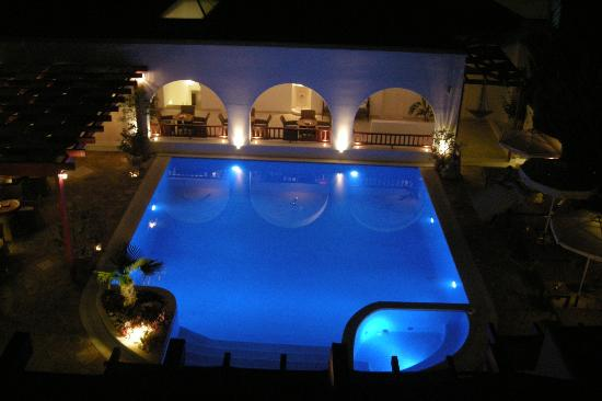 Stelia Mare Boutique Hotel: Night view of pool area