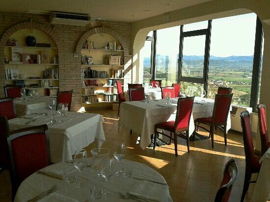 Ristorante Pizzeria Belvedere : La sala interna del ristorante con la vista panoramica.