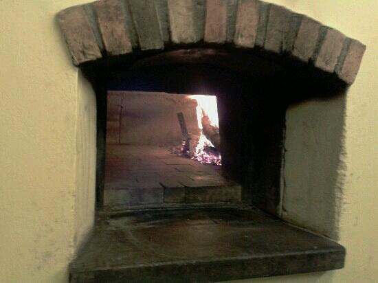 Ristorante Pizzeria Belvedere: Il forno a legna della pizzeria.