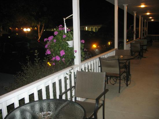 Lyn Aire Motel: Balcony at night