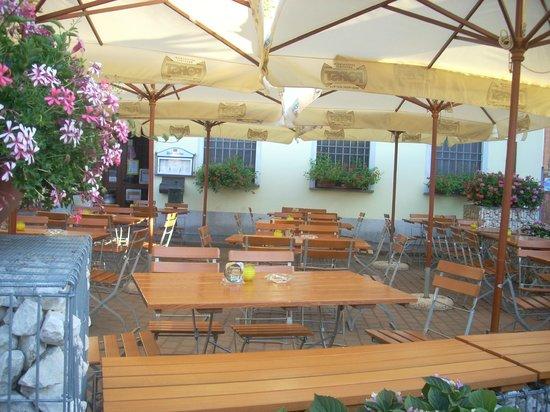 birreria thomasbrau: l'esterno della struttura con gli ombrelloni