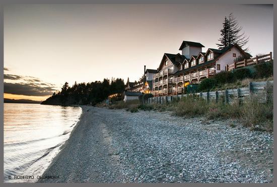 Apart del Lago: Vista do hotel a partir do lago
