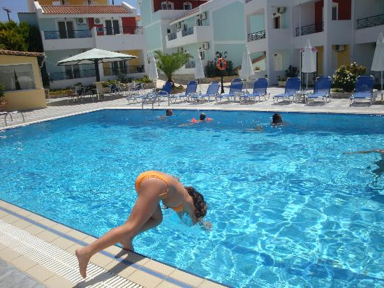 Maistrali Apartments: η πρώτη βουτια στην πισινα