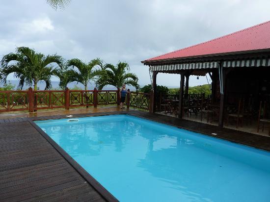 Domaine Karaibes: La piscine avec vue sur la mer et un bout de la table d'hôte