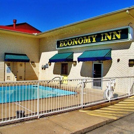 Economy Inn: Pool