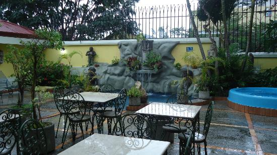 Hotel Don Carlos: Outdoor Dining Area